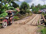 perbaikan-jembatan-di-kecamatan-banjang-hsu-pakai-batang-kelapa.jpg