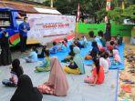 perpustakaan-keliling-dispersip-kalsel-disambut-anak-anak-di-lokasi-tmmd-desa-tanjung-kabupaten-tala.jpg