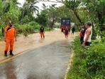 personel-bpbd-warga-dan-lainnya-di-lokasi-banjir-sungai-jupi-desa-stagen-kabupaten-kotabaru-03032021.jpg