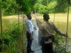 personel-polsek-juai-balangan-jembatan-gantung-desa-marias-yang-terendam-senin-30112020.jpg