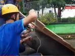personel-upt-damkar-kabupaten-banjar-dan-relawan-membuat-rakit-kamis-14012021.jpg