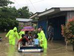 personil-satsabahara-bantu-warga-yang-kebanjiran.jpg