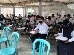 peserta-cpns-yang-sempat-menunggu-di-ruang-tunggu-bkd-tanbu.jpg