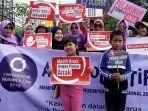 peserta-membawa-poster-saat-aksi-peringatan-hari-perempuan-internasional.jpg