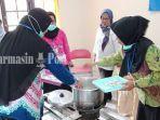 peserta-pelatihan-sedang-membuat-pempek-kantor-dinas-perikanan-kabupaten-banjar-4112020.jpg