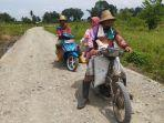 petani-desa-rantau-kaminting-mengangkut-hasil-kebun-melewati-jalan-kegiatan-tmmd-ke-112.jpg