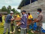 peternak-di-sabuhur-antusias-memeriksakan-ternak-sapinya-di-lokasi-pelayanan-tiga-hari-lalu.jpg