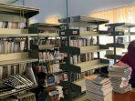 petugas-akan-mengemas-buku-buku-dari-rak-perpustakaan-tendean-banjarmasin.jpg