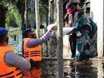 petugas-bagikan-sembako-ke-korban-banjir-di-kabupaten-kobar-kalteng-1692020.jpg