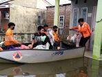 petugas-bpbd-kota-banjarmasin-saat-mengevakuasi-korban-terdampak-banjir-sabtu-16012021.jpg
