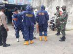petugas-di-lokasi-penemuan-mayat-di-dalam-ruko-kelurahan-mentaos-banjarbaru-jumat-2472020.jpg