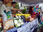 petugas-divre-bulog-kalsel-saat-berpartisipasi-dalam-pasar-murah_20180501_173735.jpg