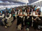 petugas-haji-dan-calon-jemaah-haji-salat-berjamaah-di-kabin-pesawat.jpg