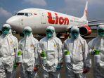 petugas-kebersihan-bandara-bersiap-sebelum-memasuki-pesawat-lion-air-boeing-737-800.jpg