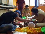 petugas-medis-melaksanakan-khitan-gratis-bertempat-di-sdn-2-tanjung.jpg
