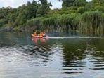 petugas-melakukan-penyisiran-untuk-mencari-penumpang-kelotok-diduga-tenggelam-di-sungai-rungan.jpg