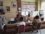 petugas-memantau-penerapan-protokol-kesehatan-di-polresta-palangkaraya-senin-28122020.jpg