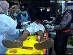 petugas-mengevakuasi-jahrani-yang-tergeletak-di-pasar-sayur-pelaihari-senin-115-pagi.jpg