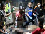petugas-mengevakuasi-mayat-di-jalan-veteran-kelurahan-pengambangan-banjarmasin-senin-29032021.jpg