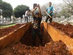 petugas-menggali-tanah-untuk-makam-almarhumah-ani-yudhoyono.jpg