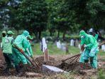 petugas-pemakaman-membawa-peti-jenazah-pasien-suspect-virus-corona.jpg