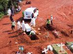 petugas-penggali-makam-covid-19-memakamkan-korban-covid-19-di-tpu-pondok-ranggon.jpg