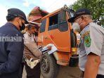 petugas-periksa-dokumen-angkutan-truk-di-kabupaten-tabalong-18102021.jpg