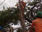 petugas-pln-menyiapkan-jaringan-listrik-di-sekumpul-kabupaten-banjar_20180301_184055.jpg