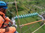 petugas-pln-sedang-memasang-jaringan-listrik-di-ketinggian_20171016_195937.jpg