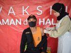 petugas-puskesmas-panyipatan-melaksanakan-vaksinasi.jpg