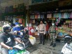 petugas-saat-melakukan-sosialisasi-kepada-pedagang-pasar-besar-palangkaraya111222.jpg