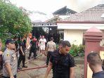 petugas-saat-memadamkan-rumah-yang-terbakar-di-jalan-simpang-kantor-kelurahan.jpg