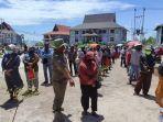petugas-saat-membagikan-bansos-kepada-warga-palangkaraya-provinsi-kalteng.jpg