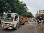 petugas-sampah-saat-menaikan-sampah_20180131_131441.jpg