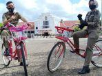 petugas-satpol-pp-bersepeda-untuk-panta-lapangan-murjani-banjarbaru-kalsel-582020.jpg