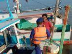 petugas-satpol-pp-melakukan-imbauan-kepada-nelayan-kotabaru-memasuki-musim-pancaroba.jpg