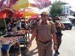 petugas-satpol-sampaikan-aturan-jam-berjualan-selama-ramadhan-di-pasar-candi-kabupaten-hsu.jpg