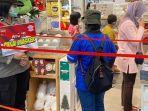 petugas-sosialisasi-di-pusat-perbelanjaan-di-jalan-yos-soedarso-palangkaraya-29122020.jpg