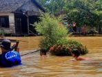 petugas-tagana-membantu-warga-di-kawasan-banjir-desa-tanahabang.jpg