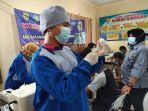 petugas-vaksinasi-covid-19-sedang-memberikan-pelayanan-banjarmasin.jpg