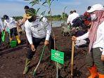 pj-gubernur-kalsel-safrizal-menanam-pohon.jpg