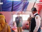 pj-gubernur-kalsel-safrizal-za-periksa-bagian-dalam-tenda-darurat-di-halaman-rsud-ulin-27072021.jpg