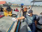 pj-gubernur-safrizal-za-membagikan-masker-ke-masyaraat-yang-tengah-beraktivitas-di-sungai.jpg