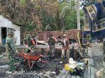 plh-danramil-ilung-membersihkan-puing-kebakaran-rumah-camat-barabai.jpg
