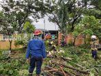 pohon-tumbang-di-ruas-jalan-veteran-kota-martapura-kabupaten-banjar-provinsi-kalsel-sabtu-26122020.jpg