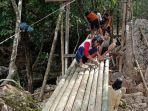 pokdarwis-desa-liyu-perbaiki-jembatan-wisata-pemandian-batu-badinding.jpg