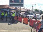 polisi-dan-dishub-berjaga-di-jembatan-pagatan-pemgalihan-arus-lalu-lintas.jpg