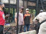 polisi-memeriksa-bekas-lokasi-kebakaran-di-desa-kolam-kiri-dalam-batola-kalsel-minggu-13122020.jpg