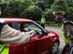 polisi-menghalau-mobil-pribadi-yang-membawa-penumpang-di-jalan-tol-jakarta-cikampek.jpg
