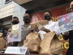 polisi-menunjukkan-barang-bukti-kasus-tewasnya-editor-metro-tv-yodi-prabowo.jpg